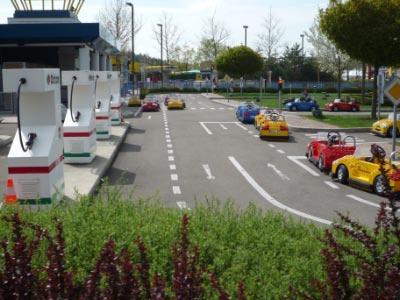 legoland-park-j4-maedchen-fahrschule-elektroautos
